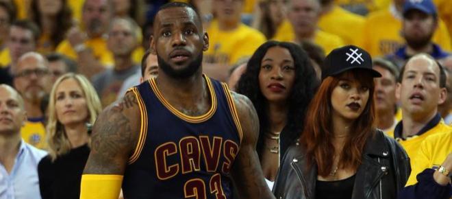 Rihanna volta as atenções para LeBron James e a esposa não gostou