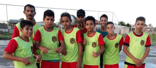 José Edvaldo dá aulas de futsal para crianças carentes da comunidade onde mora