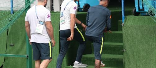 Neymar sente dores no tornozelo e deixa treino da seleção
