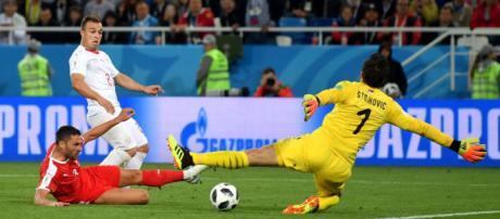 El triunfo de Suiza 2 a 1 contra Serbia puso las cosas de cabeza en el grupo E
