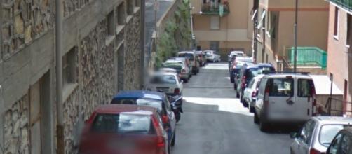 Genova, sosta selvaggia a Castelletto: ambulanza ostacolata dai veicoli.