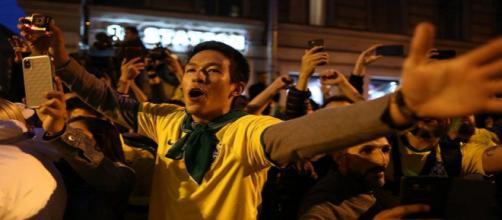Torcedores brasileiros vibram com a chegada da Seleção a São Petersburgo - Foto: Lucas Figueiredo / CBF