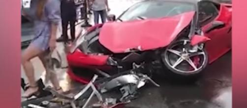 Cina, schianto in Ferrari: donna distrugge auto da 500mila euro (VIDEO)