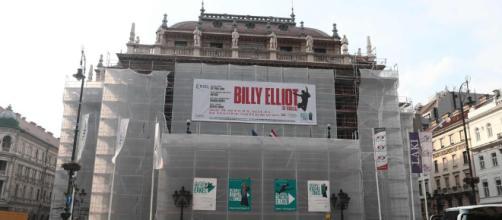 El cartel que en Budapest anuncia el musical 'Billy Elliot', en la Ópera de Budapest, en obras.