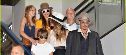 Johnny Depp, Amber Heard e i due figli (Justjared.com)
