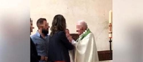Sacerdote sospeso dopo aver dato uno schiaffo al bimbo che stava battezzando
