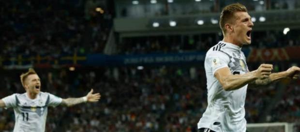 Alemania vence a Suecia en los últimos segundos en un partido duro (Resumen)