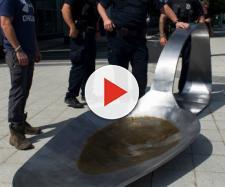 Nella foto l'opera utilizzata per la protesta ed i poliziotti che hanno proseguito con la rimozione - fonte: New York Times