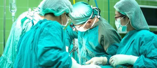 Ago dimenticato in pancia dopo l'operazione, risarcita con 200 mila euro.