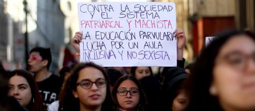 Organizaciones feministas increpan a los miembros de 'La Manada' a la llegada de sus casas
