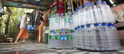 La proposta del Ministro Costa: 'Vietare le bottiglie di plastica negli edifici pubblici'