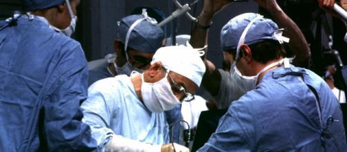 Milano, ago dimenticato nell'addome della paziente: risarcita dopo 56 anni.