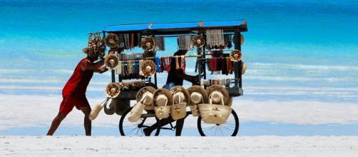 Multe in arrivo per chi acquista da ambulanti abusivi in spiaggia