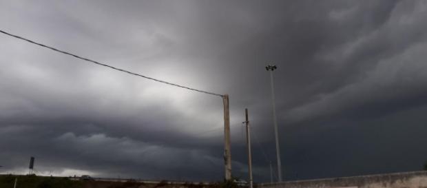 Rimini, tempesta di pioggia e vento: avvistate trombe marine in Riviera (VIDEO)