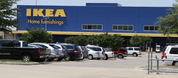 Usa: Ikea, un bimbo trova una pistola su un divano e spara
