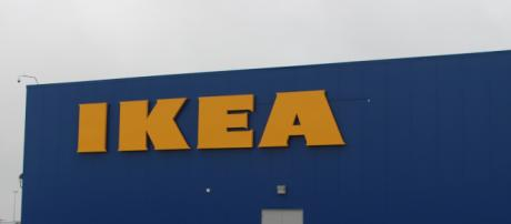 Usa, bimbo trova pistola all'Ikea e spara: l'arma da fuoco era di un cliente.