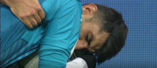 Beiranvand stringe il pallone dopo aver parato il rigore calciato da Ronaldo