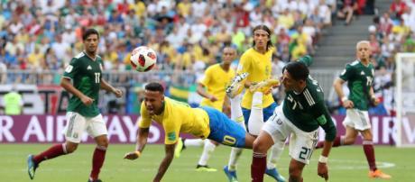 Neymar sofre contra o México (Foto: Fifa.com)