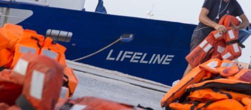 La nave Lifeline non avrebbe rispettato le leggi internazionali, il comandante finisce sotto inchiesta.