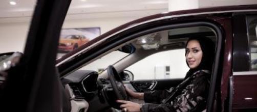 Mujeres de Arabia Saudita ya pueden conducir vehículos sin depender de un hombre
