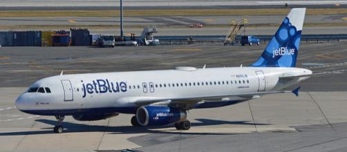 JetBlue Airbus A320-232 Taxiing in at JFK Airport, New York (Image courtesy – Alan Wilson, Wikimedia Commons)