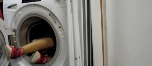 Un bambino di tre anni è morto soffocato in una lavatrice: l'aveva usata come nascondiglio ed è rimasto intrappolato dentro..