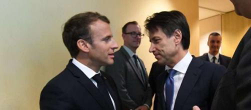 Il Presidente francese Macron e il nostro leader Conte si stringono la mano