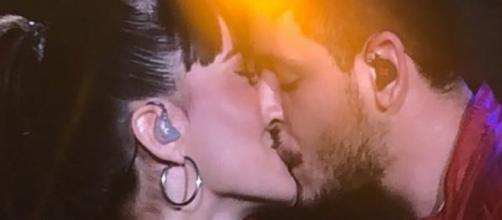 Aitana y Cepeda confirman su romance besándose en un concierto en el Santiago Bernabéu