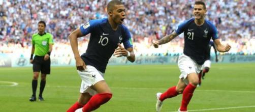 Na foto, jogador Mbappeé do time francês comemora gol