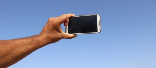 Selfie vietati per legge in 24 zone dello stato indiano di Goa per impedire stupide morti.