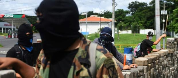 Des étudiants tiennent une barricade au Nicaragua.