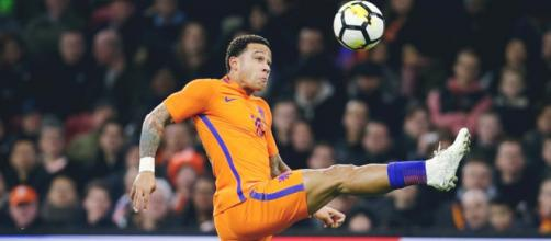 Memphis Depay con la maglia dell'Olanda (Foto via Facebook - @memphisdepayofficial)