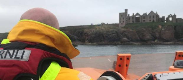 Scozia, salta dall'auto davanti al castello di Dracula
