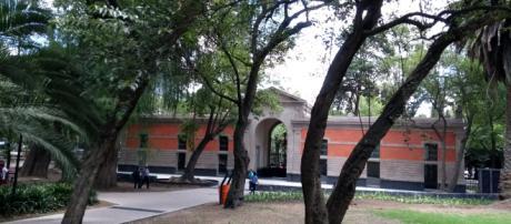 La Galería de Historia fue restaurada para ser Museo de sitio, el edificio nos guía a una ruta nueva, cruzando el Cerro del Chapulín.