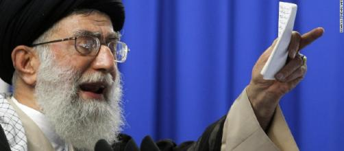 In alto, immagine dell'Ayatollah Khamenei