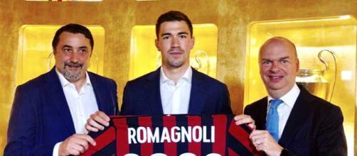 La foto ufficiale di Romagnoli con Mirabelli e Fassone per il rinnovo del contratto (foto via Facebook - @AlessioRomagnoliOfficial