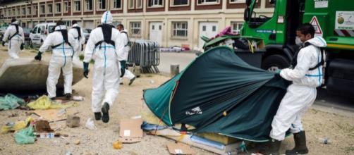 Migranti sgomberati con la ruspa da Macron a Parigi
