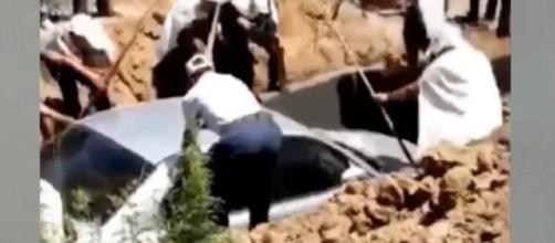 Momento en que un hombre chino es enterrado dentro de su auto