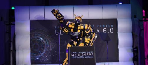 'Transformers' Bumblebee habla en el escenario durante Genius Gala 6.0 en Liberty Science Center el 5 de mayo.