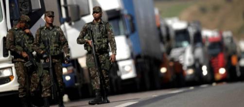 Militares do Exército em escolta a comboio de caminhões. Polícia Federal abre 37 inquéritos contra locaute (UESLEI MARCELINO / REUTERS)