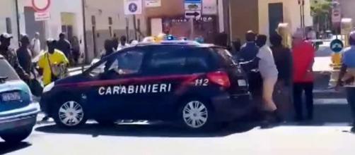 Pisa, carabinieri aggrediti da migranti