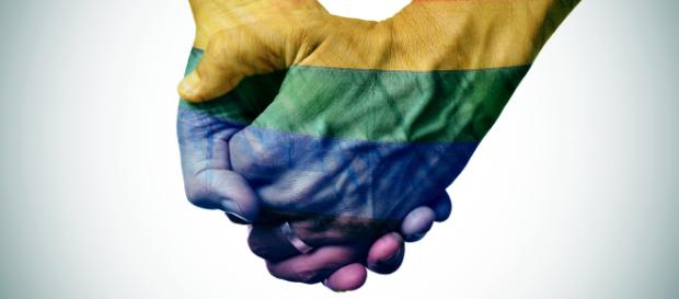 Mani unite simboleggiano le unioni gay