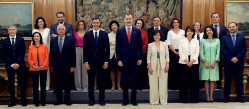 Felipe VI, Pedro Sánchez y todos los nuevos ministros esta mañana.