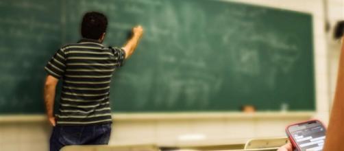 Francia: votata in prima lettura la proposta di legge sul divieto dei cellulari a scuola