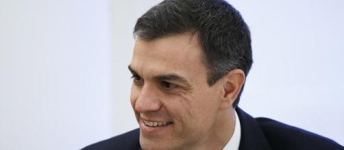 Primer plano de Pedro Sánchez, presidente del Gobierno. Public Domain.