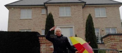 Albert Boadella baila como Gene Kelly ante la Casa de la República Catalana que habitaba Carles Puigdemont en Waterloo (Bélgica).