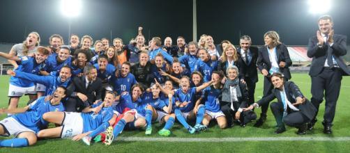 La festa delle azzurre, dopo il 3-0 contro il Portogallo.