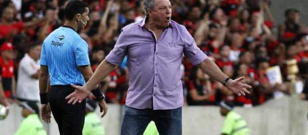 Abel Braga reconhece superioridade do Flamengo, mas lamenta comportamento de Vinícius Júnior e Lucas Paquetá (Foto: Reprodução/NETFLU)