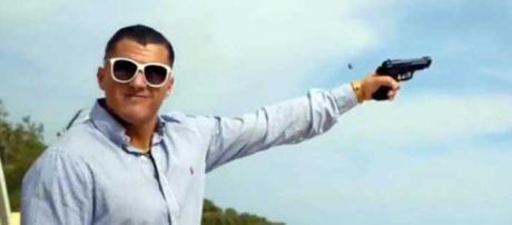 A Mattinata, comune sciolto per mafia, un rapper ha girato un video in cui spara e inneggia alla criminalità