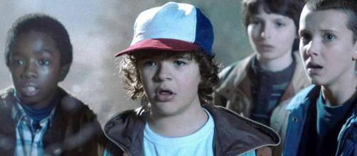 El actor que interpreta a Dustin en conjunto a sus amigos en 'Stranger Things'